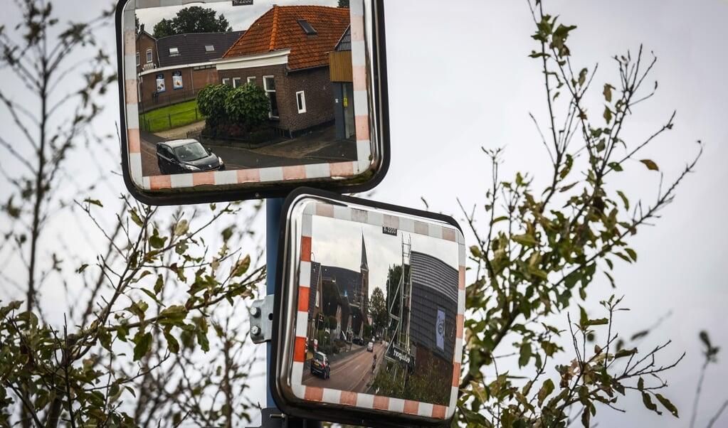 Straatbeeld van Staphorst (met onder de inmiddels bekende hersteld-hervormde kerk), gezien door verkeersspiegels.  (beeld anp / Vincent Jannink)
