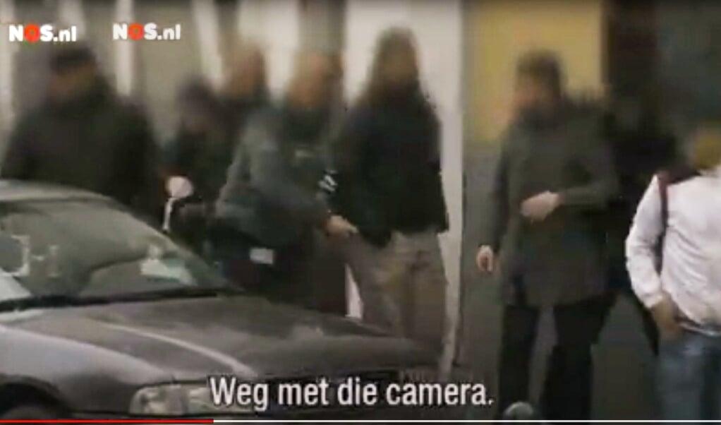 <p>In Anderlecht ontstond een bedreigende situatie voor een NOS-ploeg bij een aanhouding van vermoedelijk een zakkenroller, die hulp kreeg van zijn maten, waarna ze de NOS-ploeg in de gaten kregen en daarop afvlogen.</p>  (beeld YouTube)