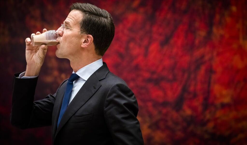 Voor premier Mark Rutte altijd hetzelfde drankje: een koude chocolademelk – hier bij een debat over de Europese Unie in 2017.  (beeld anp / Bart Maat)