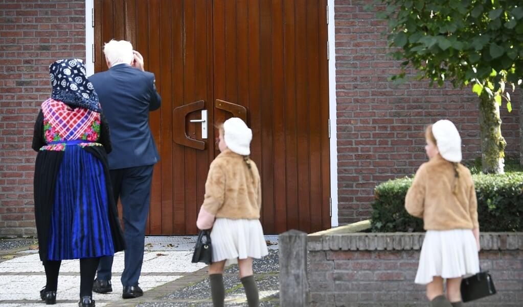 <p>Drie kerkdiensten met honderden kerkgangers in Staphorst zorgden afgelopen zondag voor veel ophef.</p>  (beeld anp / Piroschka van de Wouw)