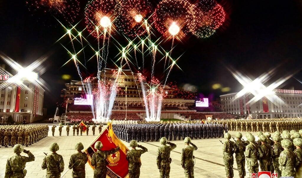 """<p class=""""G_foto_bijschrift13"""" pstyle=""""G_foto_bijschrift1-3"""">De modern aangeklede parade in Pyongyang.</p>  (beeld ND)"""