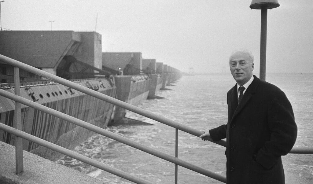 Minister Bakker tijdens de opening van de Haringvlietsluizen op 2 november 1970.  (beeld anefo / Eric Koch)