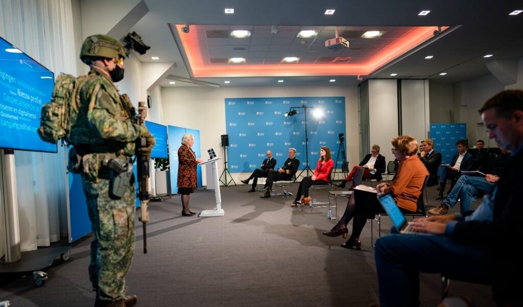 <p>Minister Ank Bijleveld van Defensie (CDA) presenteert de &lsquo;Defensievisie 2035&rsquo;, een nieuwe visie op de uitdagingen waar Defensie in deze onzekere tijd voor staat.</p>  (beeld anp / Bart Maat)