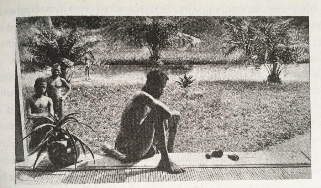 <p>Alice Harris maakte een foto van een zwarte man, met zich een afgehakte hand en een voet. Het enige dat nog rest van zijn dochter.</p>  (beeld uit besproken boek)