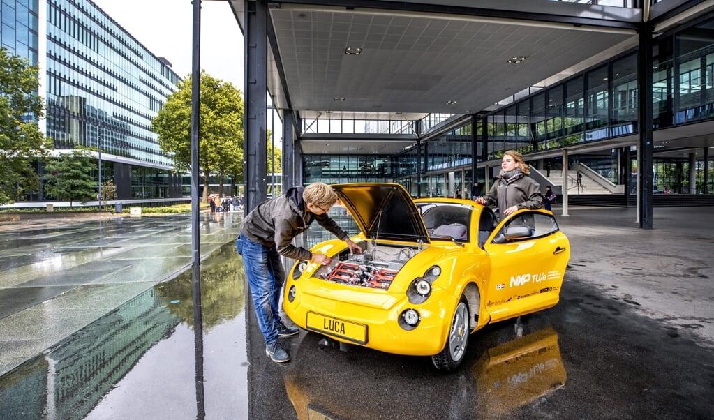 <p>De studenten Sietze Gelderloos (links) en Lisa van Etten bij hun nieuwste creatie Luca, een auto die bijna volledig bestaat uit gerecycled afval.</p>  (beeld Raymond Rutting)