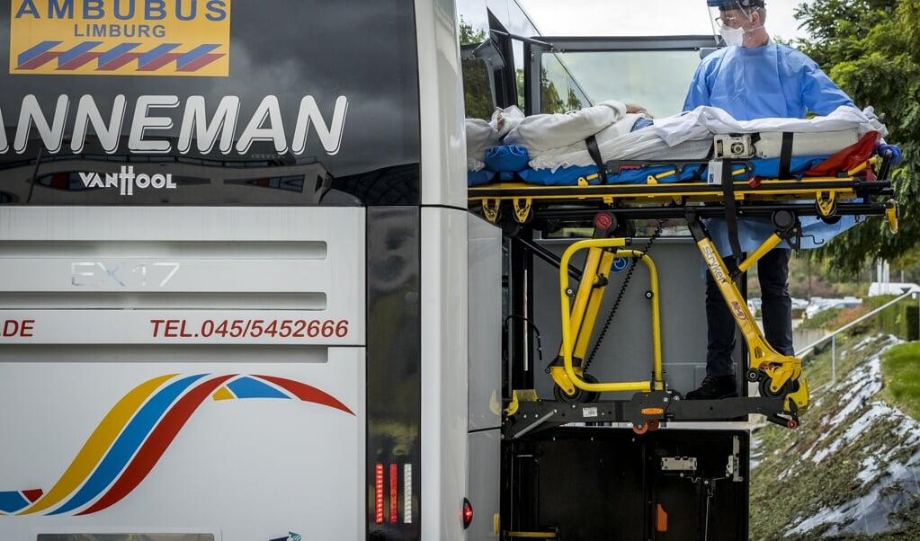 Met een speciale ambulancebus werden donderdag zes coronapatienten van Rotterdam naar Maastricht vervoerd.  (beeld anp / Marcel van Hoorn)