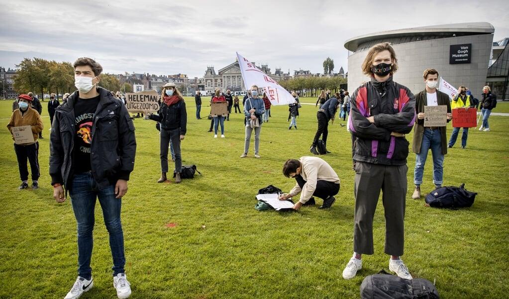 <p>Studenten demonstreerden begin deze maand op het Museumplein in Amsterdam omdat ze ondanks de coronacrisis meer fysiek onderwijs willen. CHE-bestuursvoorzitter Jan Hol bepleit dat kerken en christenen studenten adopteren.</p>  (beeld anp / Koen van Weel)