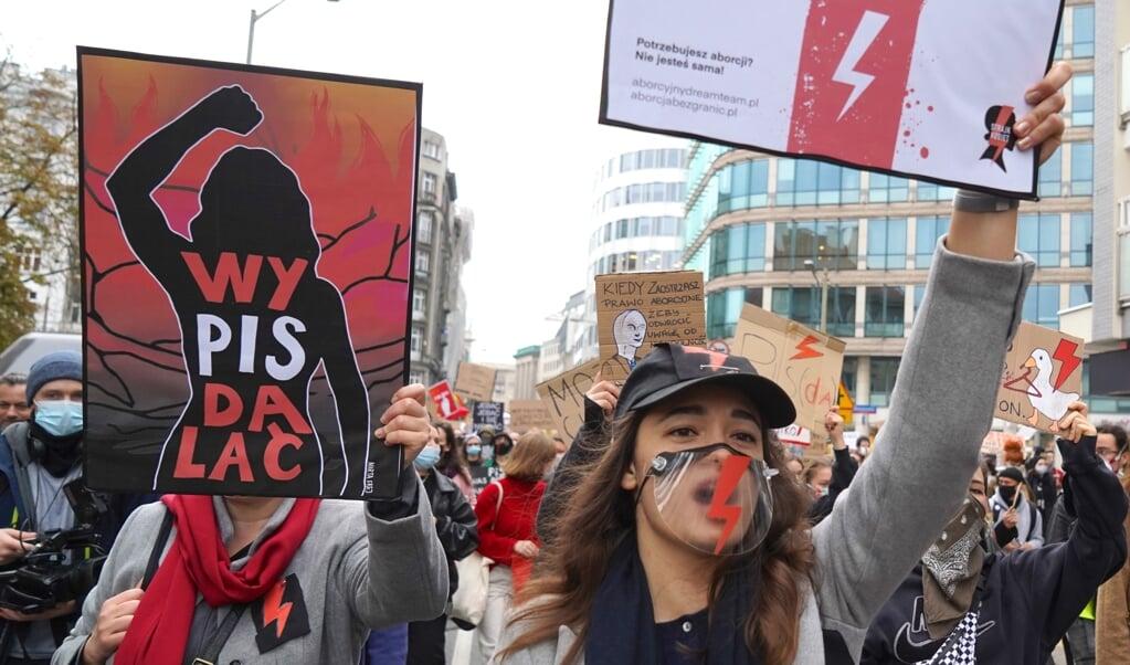 <p>Vrouwen in Warschau demonstreren tegen de inperking van abortus.</p>  (beeld afp / Janek Skarzynski)