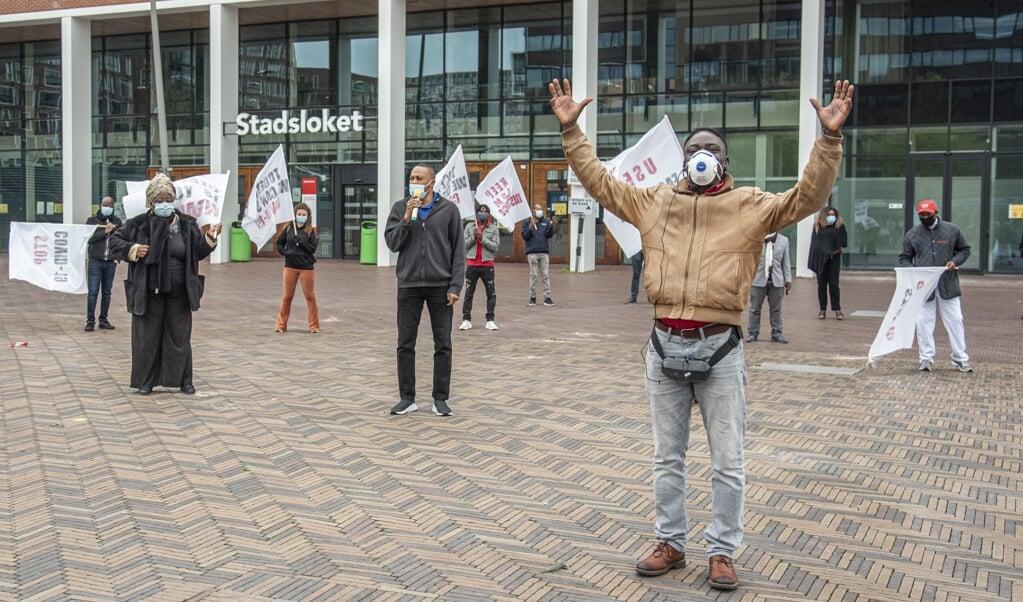 <p>Stop corona, houd je aan de maatregelen. Dat is de oproep van voorgangers van migrantenkerken aan bewoners van de Bijlmer.</p>  (beeld Martin Waalboer)
