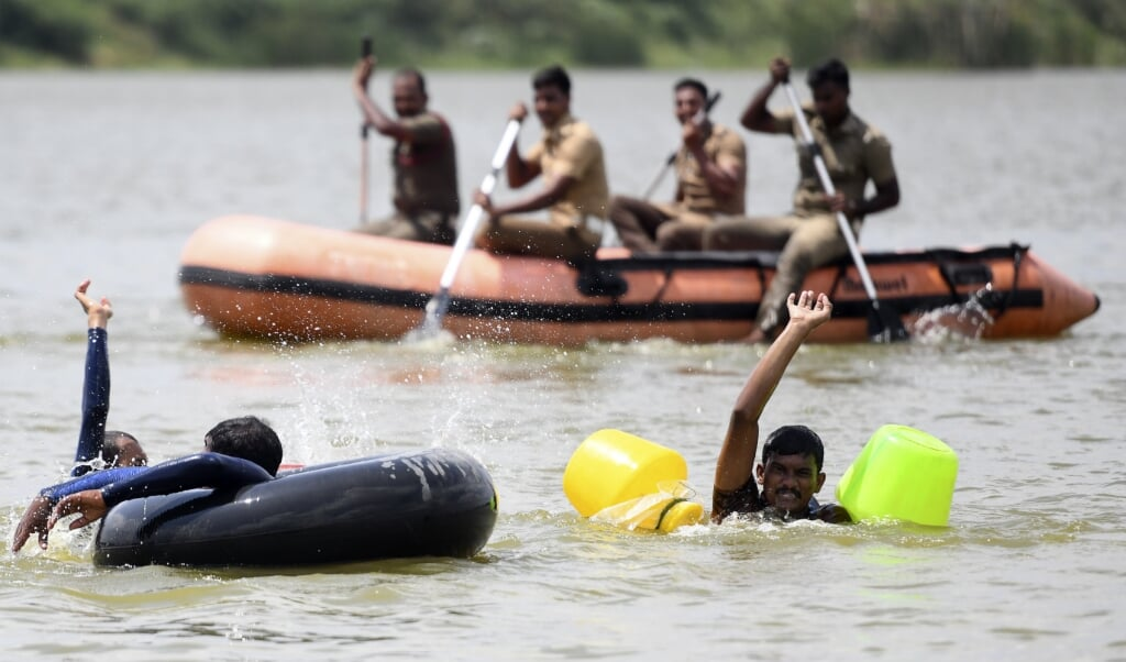 De schepping is in barensnood: reddingswerk van Indiase brandweerlieden na flinke overstromingen in Chennai, afgelopen week.  (beeld afp / Arun Sankar)