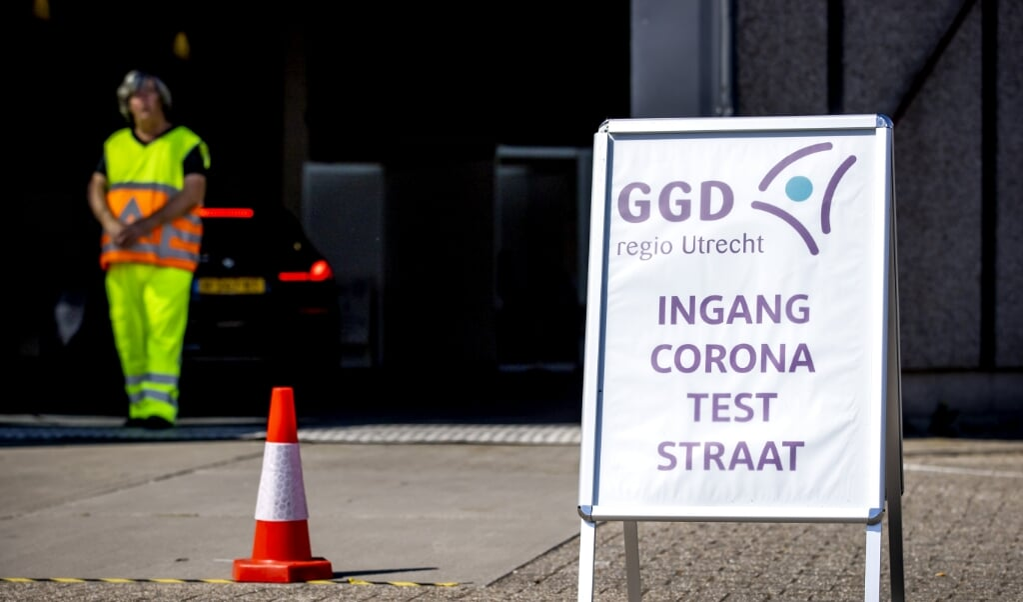2020-06-02 11:06:36 HOUTEN - Medewerkers van de GGD Utrecht nemen coronatesten af in een teststraat in Houten. Iedereen die klachten heeft die lijken op symptomen van het coronavirus, kan zich laten testen. ANP KOEN VAN WEEL  (beeld anp / Koen van Weel)