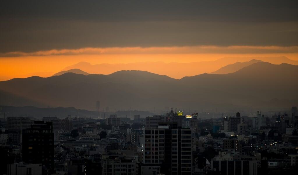 De hoofdpersoon uit Sneeuwland ontvlucht het drukke Tokio en trekt de bergen in.  (beeld afp)
