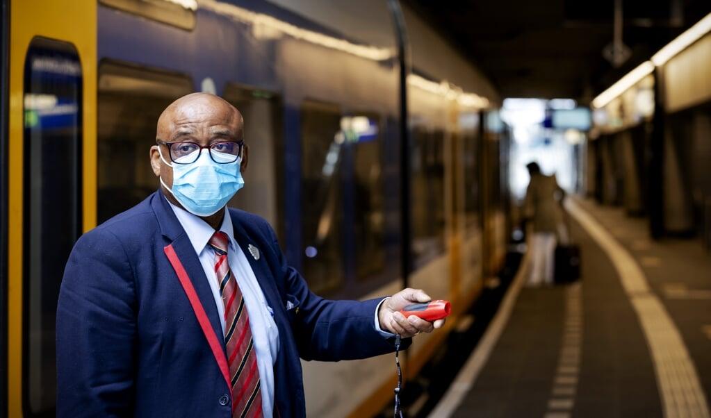 Het mondkapje wordt ook verplicht in stations en bij bus- en tramhaltes.  (beeld anp / Robin van Lonkhuijsen)