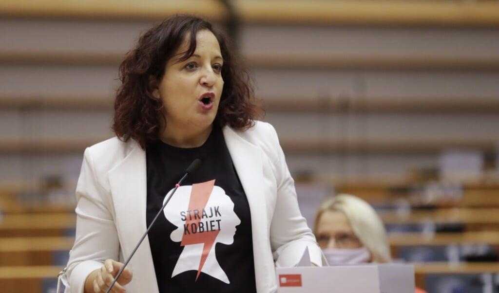 Spaanse parlementslid Iratxe Garcia Perez tijdens het debat over abortusrechten in Polen in het Europees Parlement.  (beeld epa / Olivier Hoslet)