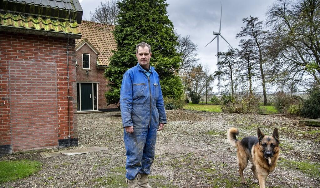 Ad Haverkamp, akkerbouwer in de kop van Noord-Holland. Hij heeft last van de batterij aan windmolens die dicht op zijn erf staan.  (beeld Guus Dubbelman)