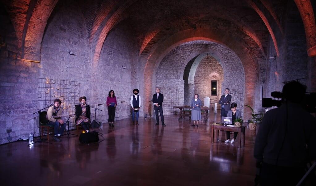 Coronaproof kwam een klein aantal sprekers in Assisi bijeen voor 'De economie van Franciscus', terwijl honderden andere jonge economen, ondernemers en 'change makers' virtueel aansloten.  (beeld the economy of francesco)