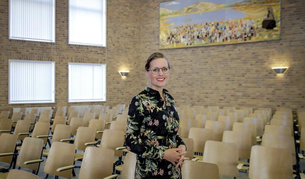 Almatine Leene in het kerkgebouw van Hattem-Noord, waar ze predikant is.   (beeld anp / Robin van Lonkhuijsen)