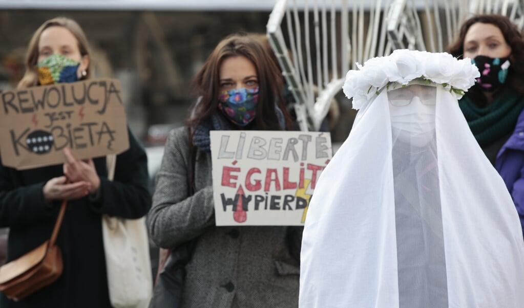In Brussel wordt steun betuigd aan de protesten van Poolse vrouwen tegen de abortuswetgeving in hun land.  (beeld epa / Olivier Hoslet)