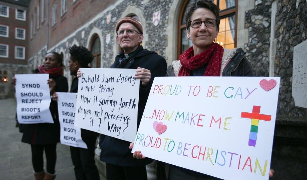 Actievoerders voor acceptatie van homorelaties in de kerk, bij de anglicaanse synode in Engeland in 2017.  (beeld afp / Daniel Leal-Olivas)