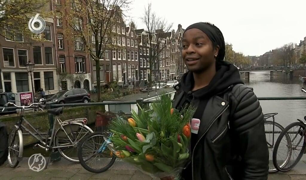 Ivan deelt bloemen uit.  (beeld hart van nederland)