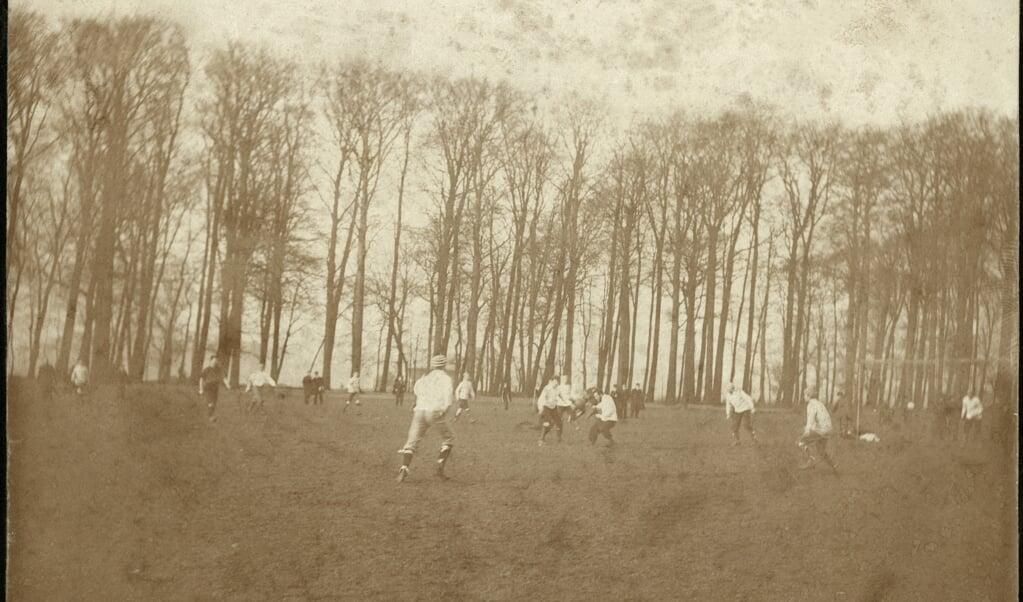 Een partijtje voetbal op kostschool Noorthey eind 19e eeuw. In het begin gold de kruin van de keeper als lat.  (beeld nationaal archief)