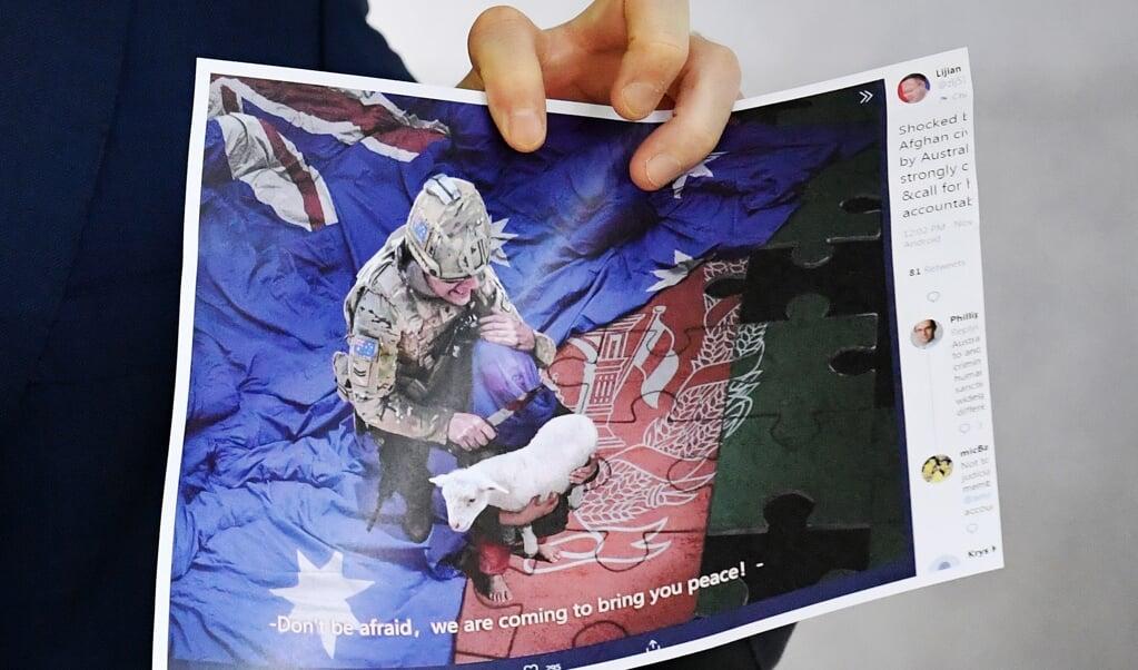 De gemanipuleerde foto, waarbij een Australische militair zijn mes op de keel van een Afghaans kind zet.  (beeld epa / Mick Tsikas)