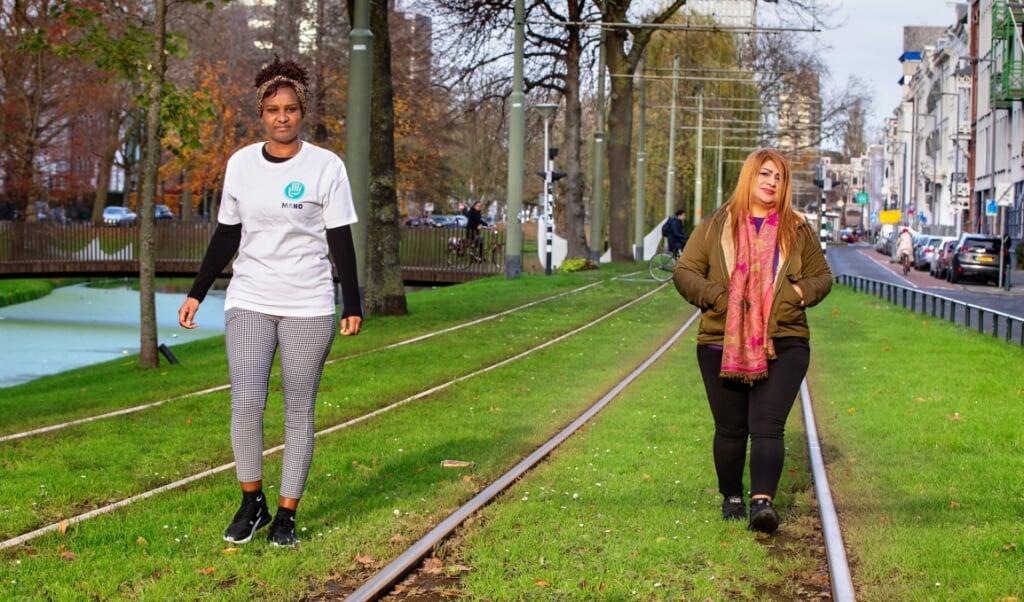<p>Legeset (l) en Lila worden bijgestaan door vrijwilligers van Stichting Mano.</p>  (beeld Dirk Hol)