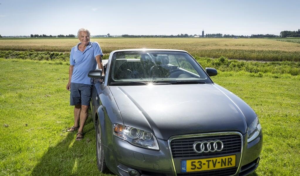Jan de Bruijne bij zijn 13 jaar oude Audi A4 cabrio. Omdat het een vierzitter is, passen er ook kleinkinderen achterin.  (beeld Niek Stam)