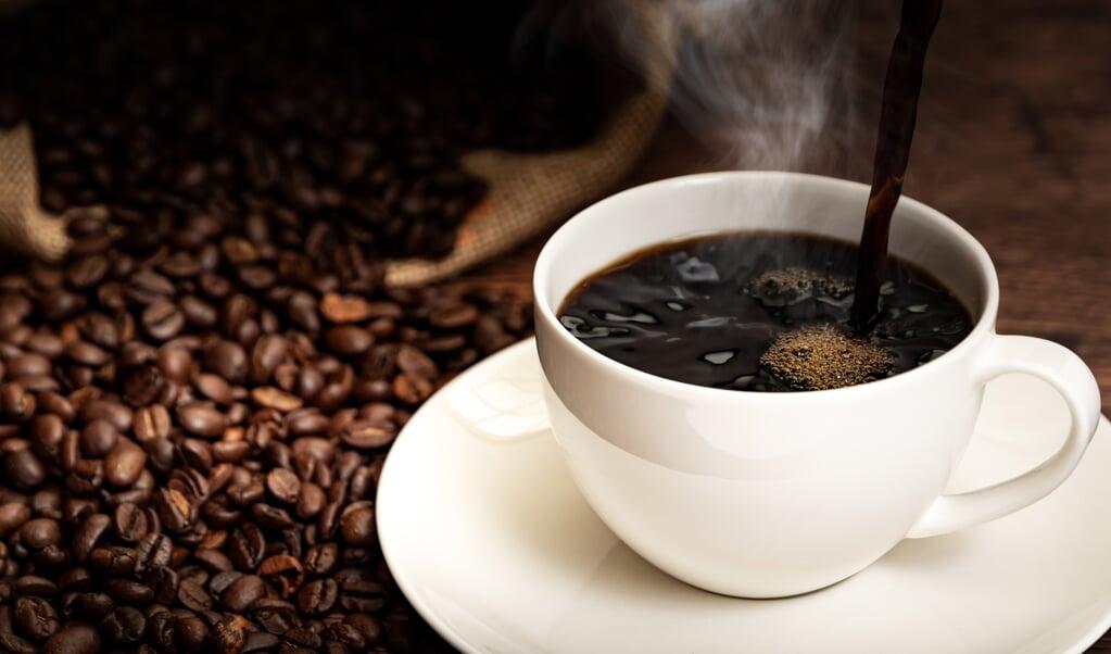 Koffie helpt niet als je dronken bent. De cafeïne maakt je hooguit wat alerter.  (beeld istock)