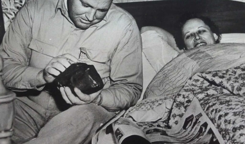 Rechts op de foto ligt Ann Hodges bij te komen van haar avontuur.  (beeld nd)