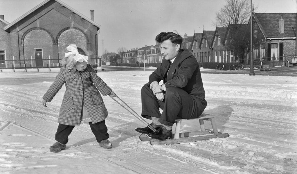 abe lenstra kon ook schaatsen.  (beeld Nationaal Archief)