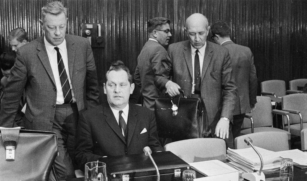 Minister Pierre Lardinois (midden achter de microfoon) tijdens een Landbouwvergadering in Brussel.  (beeld anp)