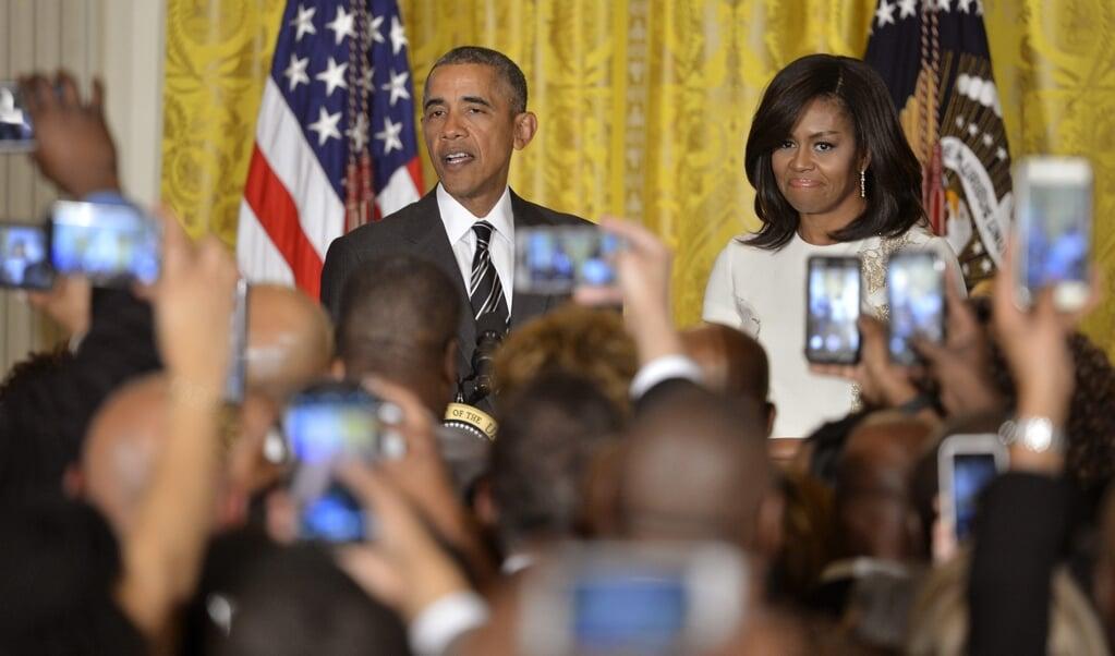 De laatste momenten voor zijn beëdiging in januari 2008 stond Obama voor de spiegel. Hij boog zijn hoofd, sloot de ogen en ging kort in gebed.  (beeld epa / Mike Theiler)