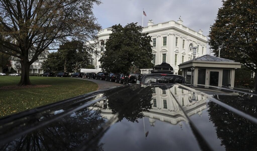 De autocolonne waarmee president Trump zich verplaatst, staat klaar voor het Witte Huis.   (beeld epa/ Oliver Contreras / Pool)