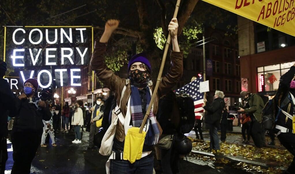 Een demonstratie van Biden-aanhangers tegen de oproep van Trump om het tellen van de stemmen te staken.  (beeld afp / Jason Redmond)