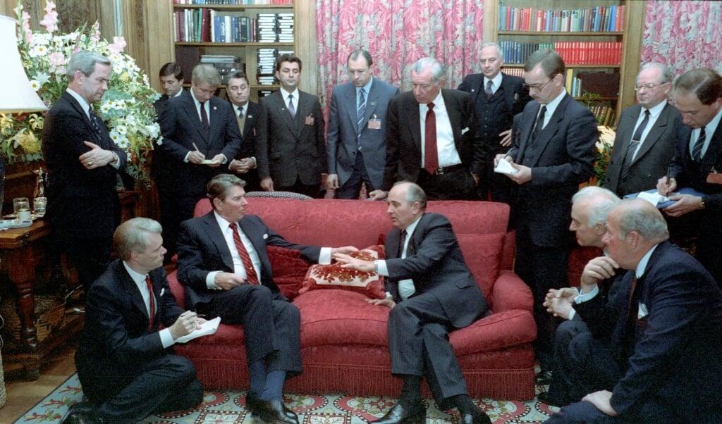 Reagan en Gorbatsjov tijdens de Top van Genève, 20 november 1985.  (beeld nd)