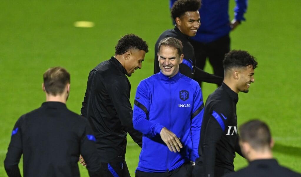 TrainerFrank de Boer heeft lol tijdens de training van het Nederlands elftal ter voorbereiding op de oefenwedstrijd tegen Spanje.  (beeld anp / Olaf Kraak)