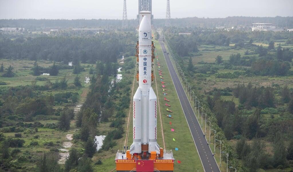 De Long March 5-raket, die maansonde Chang'e-5 moet lanceren, op weg naar het lanceerplatform van het Wenchang ruimtecentrum.  (beeld afp)