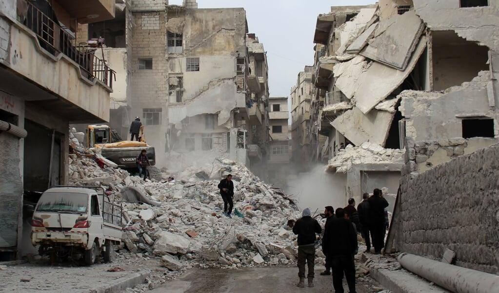 <p>Met verwoestende aanvallen, ook op woonwijken en vluchtelingenkampen, wil het Syrische regime het verzet in Idlib breken. Verantwoording voor de vele burgerdoden hoeft het van bondgenoot Rusland niet af te leggen.</p>  (beeld AFP/Omar haj Kadour)