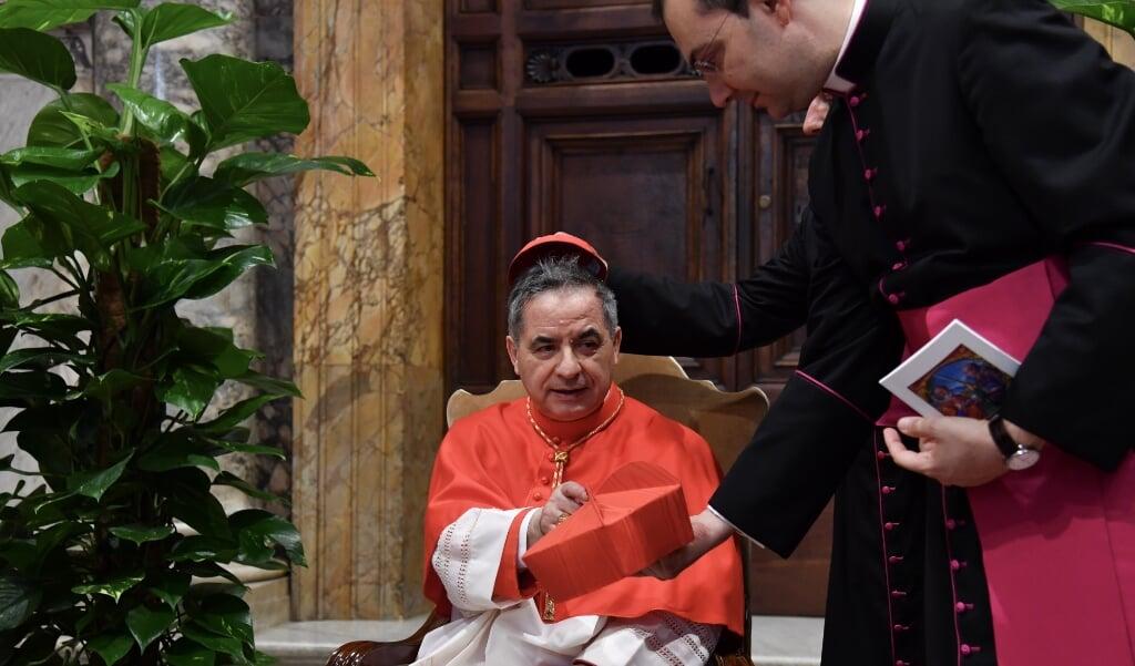 Kardinaal Angelo Becciu.  (beeld Andreas Solaro / afp)