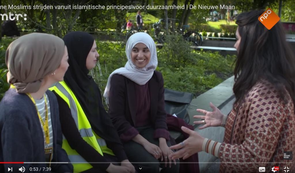 <p>De Groene Moslims deden in 2019 mee met de Nacht van de Vluchteling. Rechts voorzitter Kauthar Bouchallikht.</p>  (beeld youtube)