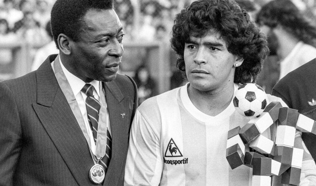 De Braziliaanse voetballegende Pele en Maradona bij een match tussen Argentinië en Italië in de Zwitserse stad Zürich, 10 juni 1987.  (beeld epa)