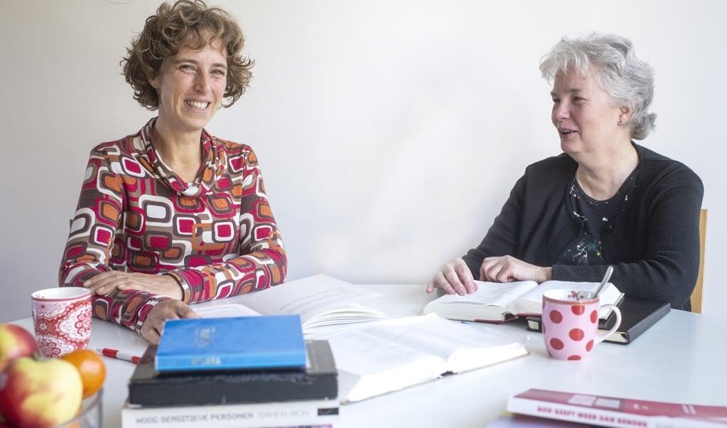 Vriendinnen Jannet Veldkamp (l.) en Tineke Postma uit Haren: 'We hebben elkaar in het diepe ontmoet.'  (beeld Duncan Wijting)