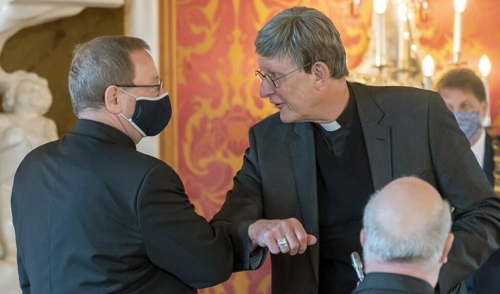 De voorzitter van de Duitse bisschoppenconferentie Georg Bätzing (links) groet de aartsbisschop van Keulen, kardinaal Rainer Maria Woelki (rechts) tijdens de vergadering van Duitse bisschoppen op 22 september 2020 in Fulda.   (beeld Epa/ronald Wittek)