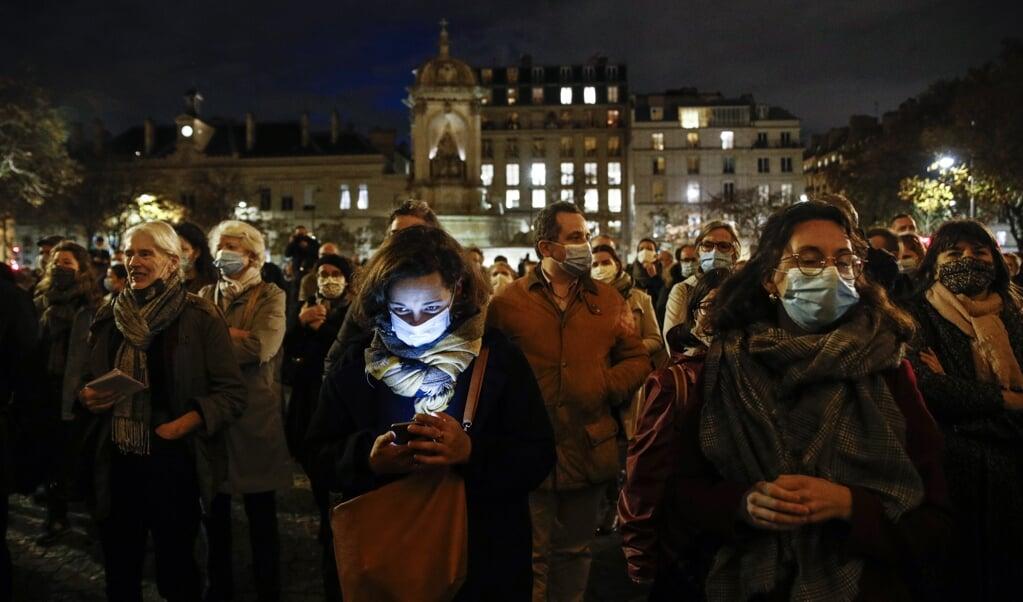 Franse christenen demonstreren in Parijs tegen het sluiten van de kerken.  (beeld epa / Yoan Valat)