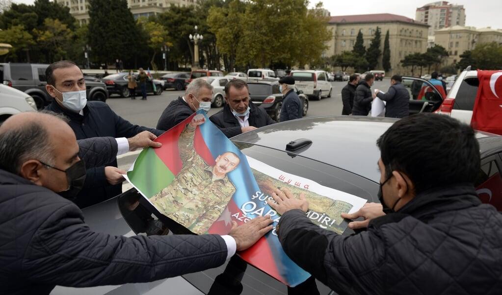 Opwinding in Bakoe, de hoofdstad van Azerbeidzjan, afgelopen vrijdag, nadat bekend werd gemaakt dat troepen een door Armenen 'bezette' provincie nabij de enclave Nagorno-Karabach hebben ingenomen.  (beeld afp / Tofik Babayev)