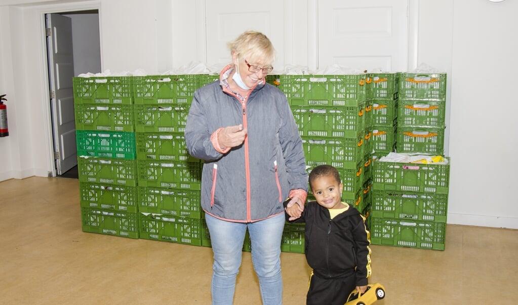Een overgrootmoeder komt met haar achterkleinzoon bij de voedselbank.  (beeld Margot Berends)