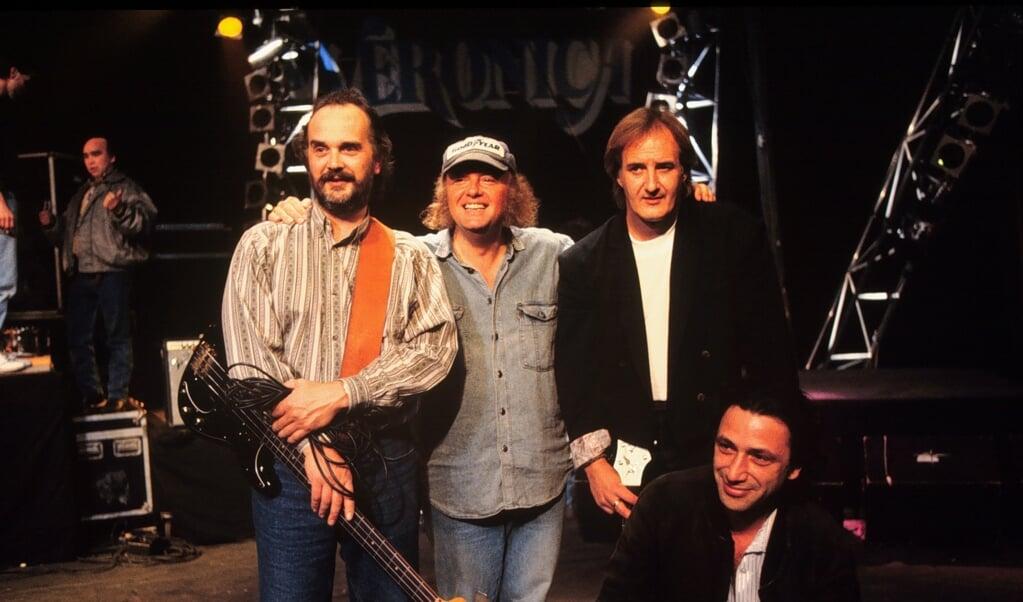 Archieffoto uit 1990, met van links naar rechts: Bert Ruiter, Thijs van Leer, Jan Akkerman en Pierre van der Linden.  (beeld anp)