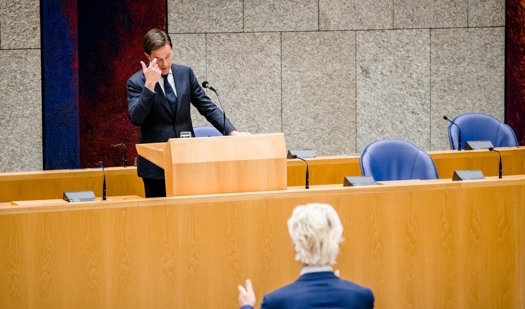 Premier Mark Rutte en Geert Wilders (PVV) botsen in de Tweede Kamer tijdens het wekelijkse vragenuur over het veto van Polen en Hongarije.  (beeld anp / Bart Maat)