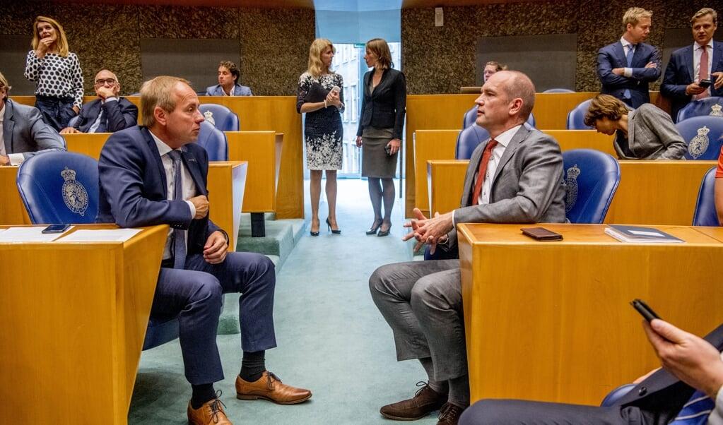 SGP-leider Kees van der Staaij en zijn ChristenUnie-collega Gert-Jan Segers. Zij stemden verschillend over een einde aan schoolverklaringen die homoseksualiteit afwijzen.  (beeld anp / Robin Utrecht)